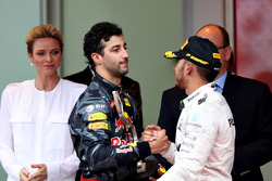 Daniel Ricciardo, Red Bull Racing and Lewis Hamilton, Mercedes AMG F1 shake hands on the podium