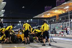 Kevin Magnussen, Renault Sport F1 Team RS16 practices a pit stop