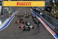 Nico Rosberg, Mercedes AMG F1 Team W07 leads Kimi Raikkonen, Ferrari SF16-H and Valtteri Bottas, Williams FW38