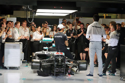 Lewis Hamilton, Mercedes AMG F1; Toto Wolff, Mercedes AMG F1 Shareholder and Executive Director; Nico Rosberg, Mercedes AMG F1; and Paddy Lowe, Mercedes AMG F1 Executive Director (Technical), at a team meeting