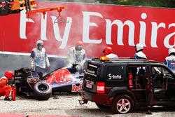 Temporada 2016 F1-austrian-gp-2016-the-damaged-scuderia-toro-rosso-str11-of-daniil-kvyat-is-craned-away-a