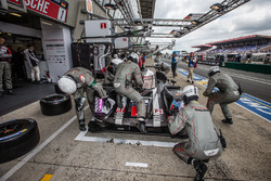 Pit stop for #1 Porsche Team Porsche 919 Hybrid: Timo Bernhard, Mark Webber, Brendon Hartley