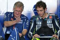 MotoGP Фото - Гонщик Yamaha Factory Racing Валентино Росси и Джереми Бёрджесс, руководитель бригады