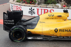 Kevin Magnussen, Renault Sport F1 Team RS16 with a puncture