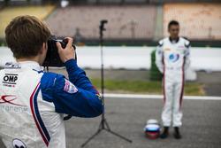 Matthew Parry, Koiranen GP takes a photo of Alexander Albon, ART Grand Prix