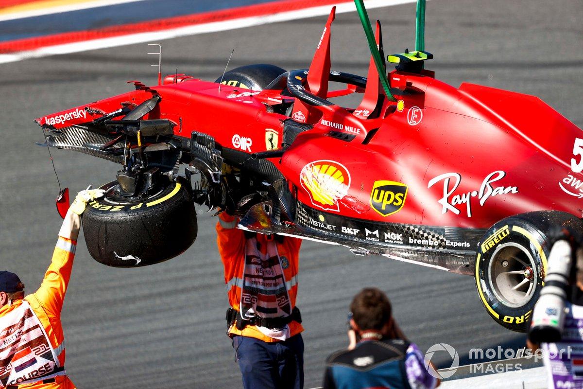 Marshals remove the damaged car of Carlos Sainz Jr., Ferrari SF21