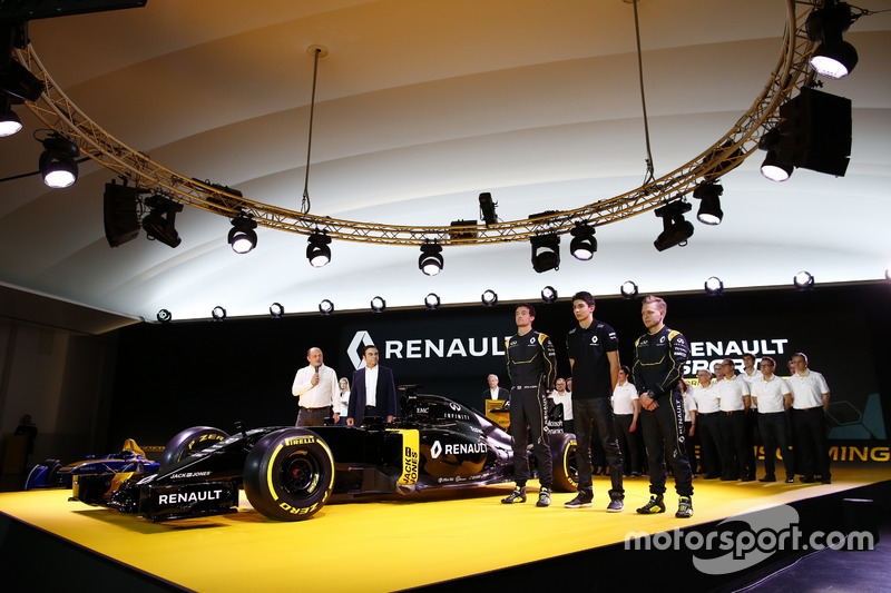7. Jolyon Palmer, Kevin Magnussen and Esteban Ocon, Renault F1 Team tests driver with Carlos Ghosn, Renault President and Frederic Vasseur, team manager Renault Sport F1 team