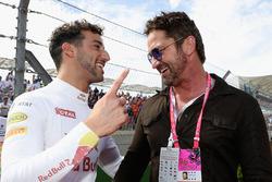 Temporada 2016 F1-united-states-gp-2016-gerard-butler-actor-talking-with-daniel-ricciardo-red-bull-racing