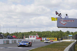 #66 Chip Ganassi Racing Ford GT: Joey Hand, Dirk Müller takes the checkered flag under yellow