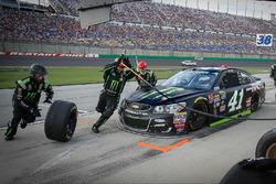 Kurt Busch, Stewart-Haas Racing Chevrolet pit action