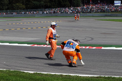 Temporada 2016 F1-belgian-gp-2016-marshals-clear-debris-from-the-circuit