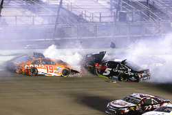 Crash: Carl Edwards, Joe Gibbs Racing, Toyota; Kasey Kahne, Hendrick Motorsports, Chevrolet