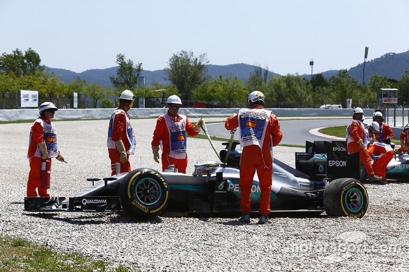 Lewis Hamilton, Mercedes AMG F1 W07 Hybrid, y Nico Rosberg, Mercedes AMG F1 W07 Hybrid, después de chocar
