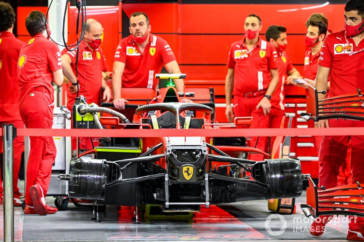 Los mecánicos de Ferrari en el garaje del equipo con uno de los coches.