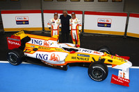 Alonso, Piquet show Renault's new R29 