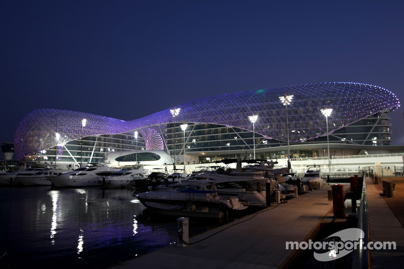 formula one races into the sunset of abu dhabi s yas marina circuit. Black Bedroom Furniture Sets. Home Design Ideas