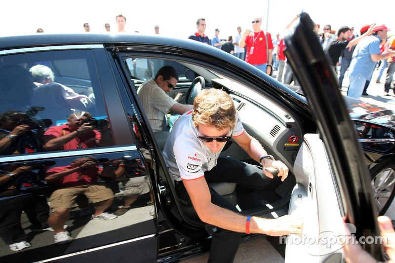 More police after attack as Button returns to Brazil