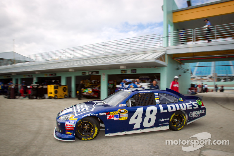 Johnson leads team Chevy in qualifying for Homestead 400