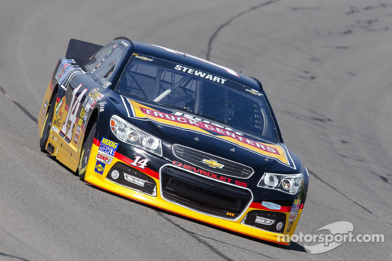 Stewart stands ground after losing position in Fontana