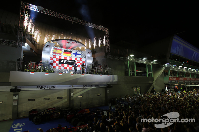 Vettel crushes rivals amid more booing in Singapore