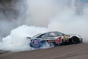 Harvick dominates in Phoenix to score the win