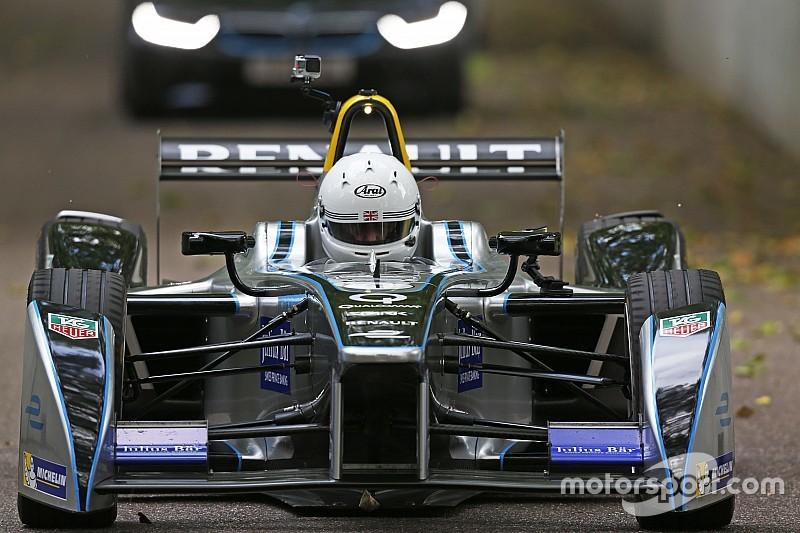 El Alcalde de Londres da vueltas a la pista de Battersea Park en coche de Fórmula E