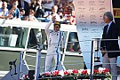 En el podio, Massa bromea diciendo que está muy viejo