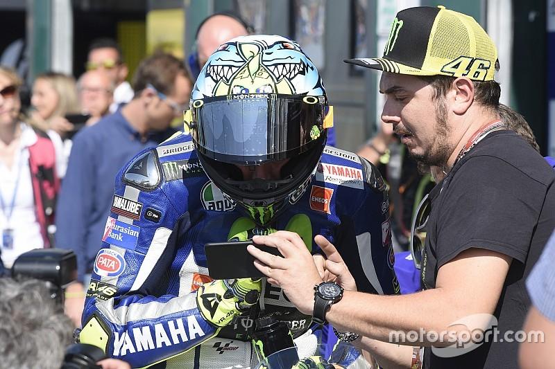 Rossi, sancionado con un punto por molestar a Lorenzo