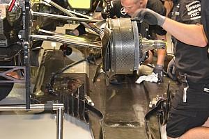 Mercedes: smontato il fondo per riparare il guaio idraulico di Lewis