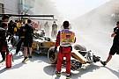 La Renault di Magnussen a fuoco in pitlane nella FP1 di Sepang