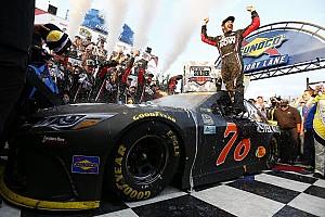 Monster Energy NASCAR Cup Gara Secondo centro nella Chase for the Cup per Martin Truex Jr a Dover