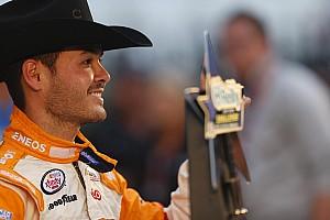 NASCAR XFINITY Reporte de la carrera Larson aparece al final y supera a Keselowski en Xfinity