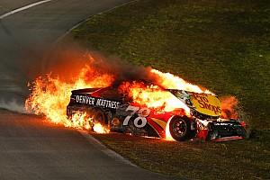 Monster Energy NASCAR Cup Raceverslag Johnson wint zevende NASCAR-titel, auto Truex Jr gaat in vlammen op