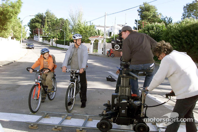 David Coulthard during the production of the MobileKids TV trailer, together with young actor Konstantin Königsberger who plays the role of Thilo