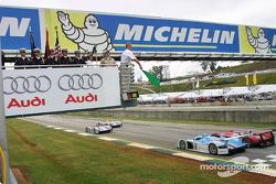 Len Hunt, President of Audi of America, starts the race