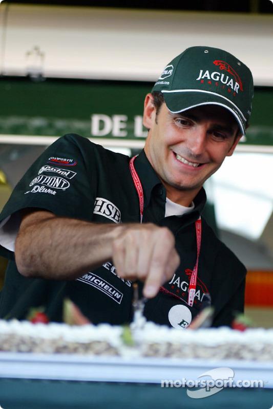 Presentation of the Jaguar Racing cake: Pedro de la Rosa