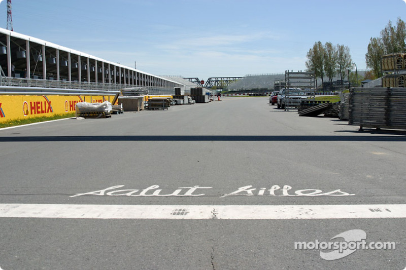 Start/finish line, with the traditional 'Salut Gilles'