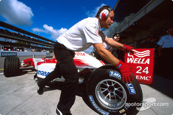 Mika Salo back to the pit