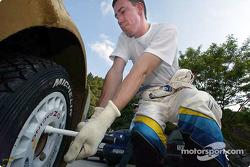 Markko Martin changes wheel
