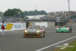 #77 Team Taisan Advan Porsche 911 GT3-RS: Atsushi Yogo, Akira Iida, Kazuyuki Nishizawa takes the checkered flag