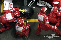Ferrari team members at work during Rubens Barrichello's pitstop