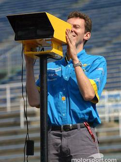 Renault F1 team member prepares pitlane