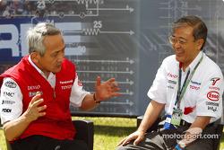 Tsutomu Tomita talks to Toyota Motor Corporation Managing Officer Tetsuo Hattori