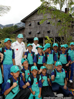 Sauber Petronas visit Sarawak Cultural Village: Giancarlo Fisichella and Felipe Massa with young fans