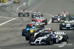 Start: Juan Pablo Montoya battles with Kimi Raikkonen