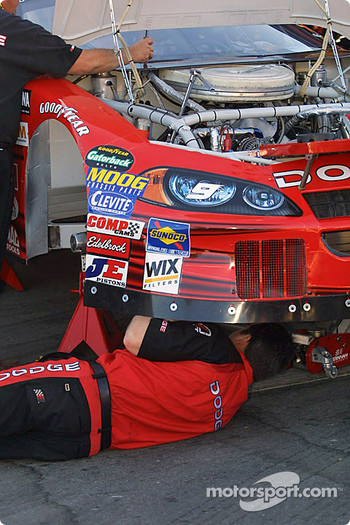 Kasey Kahne's crew working
