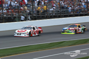 Elliott Sadler sets up Casey Mears for a pass