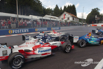 Start: Jenson Button, Juan Pablo Montoya and Olivier Panis battle for position