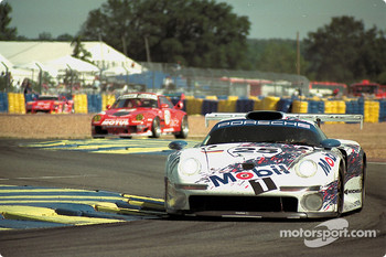 #25 Porsche AG Porsche 911 GT1: Hans-Joachim Stuck, Thierry Boutsen, Bob Wollek