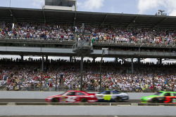 Start: Juan Pablo Montoya, Earnhardt Ganassi Racing Chevrolet leads the field